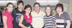 Aída de Maeda y Juan Carlos Maeda viajaron a La Paz, B.C.S, los despidieron Luis Maeda, Laura y Sofía Zermeño.