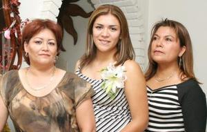 <u><i> 16 de Agosto </u></i><p>   Perla Cintha Sánchez López con las organizadoras de su festejo pre nupcial, María del Refujio López y María de Bolívar.