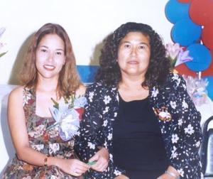 Nadia Grisel Rodríguez Calamaco, acompañada por su mamá en la despedida de soltera que le ofreció por su próximo enlace nupcial con Israel Esquivel Marines.