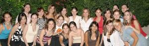 Alejandra Orozco Diosdado, acompañada de las invitadas a la fiesta de despedida que le ofrecieron sus hermanas Mercedes e Isabel.