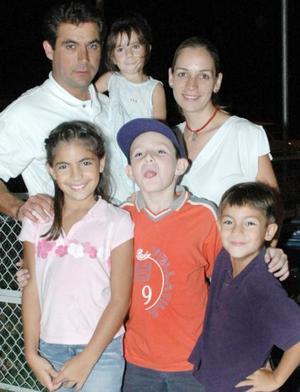José Francisco Pérez Gavilán u Martha Valdés de P., con sus hijos Marijosé, José Francisco y Regina y Fernando Teja.