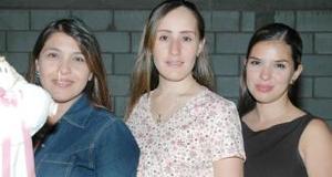 Elisa Maul de González junto a Lilia de Gutiérrez y Claudia de Flores, en su fiesta de regalos.