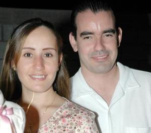 <u><i> 16 Agosto de 2004 </u></i><p>   Elisa Maul de González y Fernando González Zertuche esperan la llegada de su bebé, a quien le pondrán el nombre de Elisa.