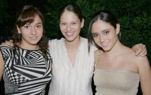 Alejandra Orozco Diosdado con sus hermanas Isabel y Mercedes, en la despedida de soltera que le ofrecieron por su cercano enlace nupcial.
