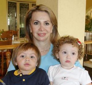<u><i> 18 de Agosto </u></i><p>  Señora Gabriela Martínez de Daccarett con sus nietos, Eduardo Alfredo Sosa y Marlene Mariana Boasso.