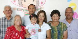 La pequeña Zoe Gallardo Rodríguez en compañía de sus familiares, el día que la festejaron por su primer cumpleaños.