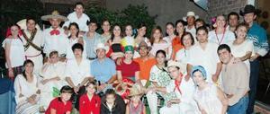 Bárbara Silva acompañada por un grupo de familiares, quienes la despidieron por su próximo viaje de estudios al extranjero