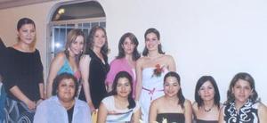 Hilda Susana Acosta Martínez, acompañada de algunas asistentes a su despedida de soltera