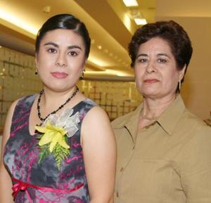 Alejandra Berlanga Lozano junto a su mamá Elva Lozano de berlanga, en el festejo pre nupcial que le ofreció recientemente.