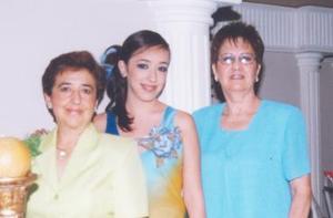 La futura novia en compañía de ana María Carmona de Lara y Alejandra Martínez de Enríquez.