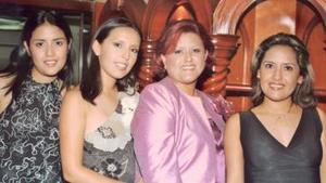 Perla Valeria Ayala Alanís en comañía de sus hermanas, Marcela y Miriam, y de su mamá Oralia Alanís de Ayala, en la despedida de soltera que le ofrecieron en días pasados.