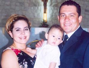<u><i> 20 de Agosto</u></i><p>  Roberto Belmares acompañado de sus papás, Roberto Ríos Romero y Mariana Belmares de Ríos, en pasado festejo social.