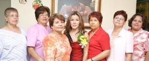Ana Lucero Santillán Cruz, acompañada de un grupo de asistentes a su despedida de soltera.