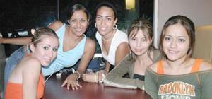 Paola Acosta, Betsy Hidalgo, Fanny Sanvicente, Érika Flores y Dulce Guerra.