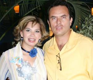 Karime Cebalos de Rodríguez acompañada de su esposo Alfonso Javier Rodríguez Méndez, captados en la fiesta de canastilla que se ofreció al bebé que espera.
