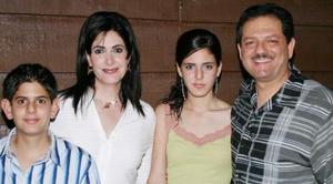 Salua junto a sus padres, Luis Juan Marcos y Salua de Juan Marcos, y su hermano Luis.
