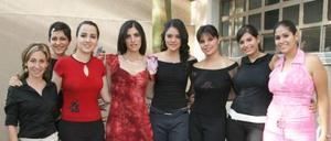 Cecilia Sálmón Abraham, en compañía de algunas de las asistentes a la despedida de soltera que le organizaron por su próxima boda.