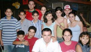 Salua Juan Marcos apess estuvo acompañada de sus primos, amigos y demás familiares en la fiesta que le ofrecieron por su viaje de estudios.