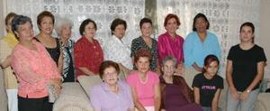 Yolanda Fernández Balbona en compañía de un grupo de amistades, quienes la festejaron con un grato convivio por motivo de su cumpleñaos.