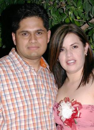 Elizabeth Eguía López y fidel Omar Montes Soto contraerán matrimonio en próximas fechas y por tal motivo fueron festejados con una despedida de solteros.