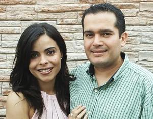 Sonia García Guzmán y Ricardo Fiscal Arcante disfrutaron de una despedida de solteros que les ofreció un grupo de amigos, por su próxima boda.