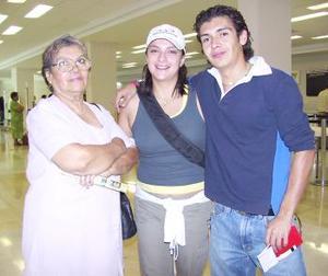 Alicia Arriaga viajó a Canadá, la despidieron Silvia e Iñaqui Pinal.