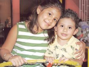 <u><i> 22 de Agosto</u></i><p>  Mary Fer y César Hernández Herrera, captados en pasado festejo infantil.