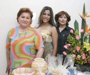 Lulú cardona, con las organizaciones de su despedida de soltera, que le ofrecieron hace unos días.