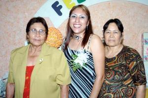 Sandra Rocío Martínez Pérez junto a las organizaciones de su despedida de soltera, las señoras Cándida y Consuelo Rodríguez.