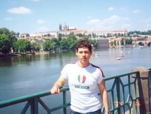 Antonio Espinoza Moreno, captado en su viaje de estudios a Praga, Checoslovaquia.