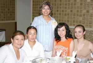 Alma Rosa Mascorro de López acompañada de sus amigas, en la fiesta de canastilla que le ofrecieron. con motivo del próximo nacimiento de su bebé.