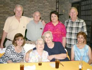 Blanca Alicica Alatorre de Llama en compañía de su familia , en pasado festejo social.