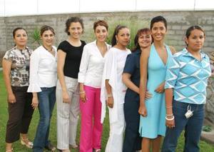 Kenia García Rimada, en compañía de algunas de las invitadas a su segunda despedida de soltera.