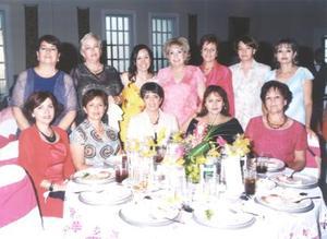 María Eugenia Favila Tinoco acompañada de algunas de las asistentes a su despedida de soltera.