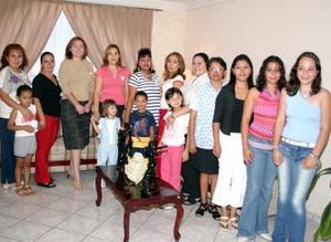 Mariana  Sifuentes de Olivares, en compañía de un grupo de asistentes a su fiesta de regalos.