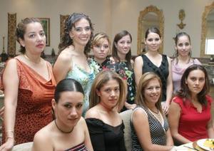Amira Sabag García, acompañada por algunas de las invitadas a su despedida de soltera.