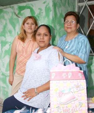 María Teresa González de Benítez acompañada de Esther Azucena Ramos de contreras y Leticia Hernández Marín, organizadoras de su fiesta de regalos.
