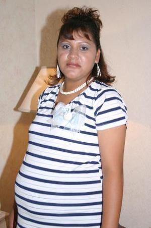 <u><i> 22 de Agosto </i></u><p>  Mariana Sifuentes de Olivares recibió numerosos obsequios, en su fiesta de regalos.
