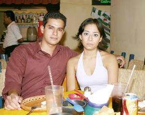Érick Fuentes Ortuño y Karla Campa Hernández, en un restaurante de la localidad.