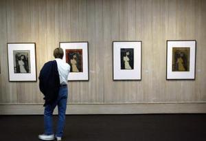 Un visitante al museo Munch en la capital norugea contempla las versiones litográficas del célebre cuadro Madonna del gran pintor noruego Edvard Munch luego de que ladrones sustrayeron la versión al óleo de éste y de otro famoso cuadro del mismo pintor El grito durante un atrevido atraco.