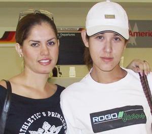 Laura Gámez Jáuregui voló a Tijuana y fue despedida por María Fernanada Padrelín.