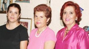 <u><i> 24 de Agosto </u></i><p>  Yolanda Fernández Balboa, acompañada por las anfitrionas de la fiesta que le ofrecieron con motivo de su cumpleaños.