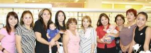 <u><i> 24 de Agosto </u></i><p>   Lizy Alarcón de Rosales en compañía de algunas de sus  invitadas a su fiesta de regalos.