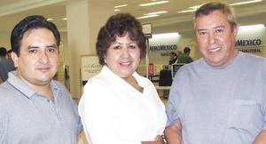 <u><i> 25 de Agosto </u></i><p>   Carlos Ulloa voló con destino a Los Ángeles, lo despidieron Prometeo Murillo y Adela Ulloa.