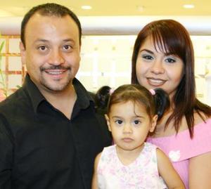 <u><i> 25 de Agosto</u></i><p>  Sofía Morales Alarcón en compañía de sus papás, Alonso y Érika Morales.