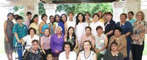 Gaby Vázquez de Tinajero, acompañada de un grupo de amistades a su fista de regalos.