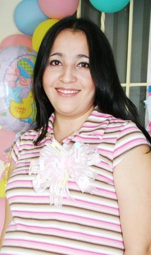 Elvira del Carmen Herrera de Medrano, captada en su fiesta de regalos ofrecida por las señoras Silvia Graciela y María Elena Herrera.