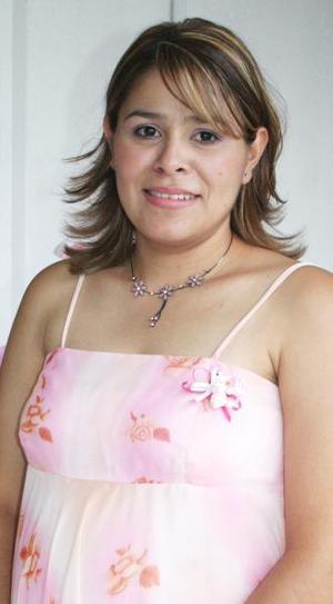 <u><i> 25 de Agosto </i></u><p>  Mariza Ayala de Samaniego recibió numerosos obsequios en la fiesta de regalos, ofrecida con motivo del próximo nacimiento de su bebé.