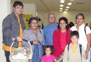 La familia Volkaert voló a París, los despidieron la familia Ochoa.