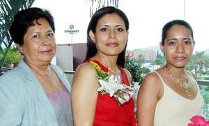 <u><i> 26 de Agosto </u></i><p>  Olga Olivia Tea, en compañía de las organizadoras de su despedida de soltera.